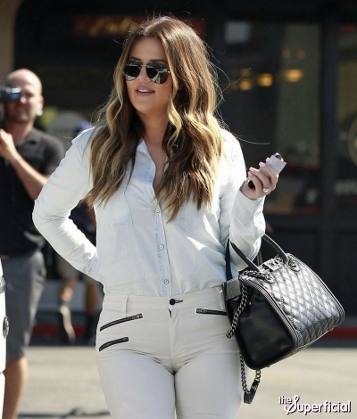 khloe-kardashian-cameltoe-tight-white-jeans-0814-04-400x470