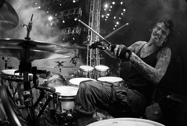tommy-lee-drumming-black-and-white