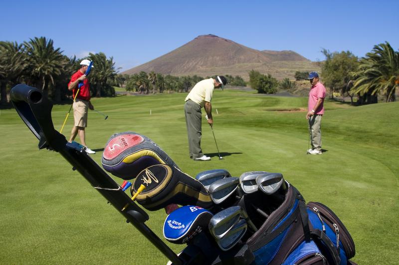 golfers_on_green